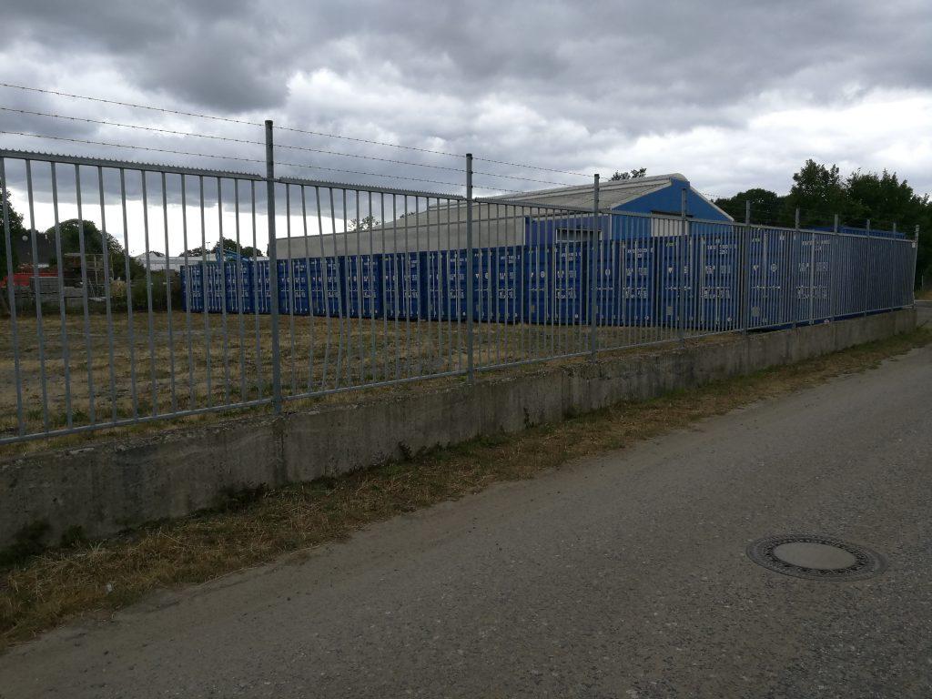 Self-Storage Stapper Container Lageräume Nettetal Lobberich-Blick durch Zaun